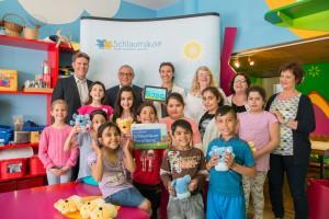 Gelsenkirchener Kinder heben gemeinsam mit Felix Magath Schlaumäuse-Sprachschatz